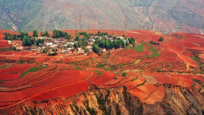 Червоний колір грунту виникає тут з-за окисів заліза і деяких інших видів металу, що створює незвичайні химерні малюнки.