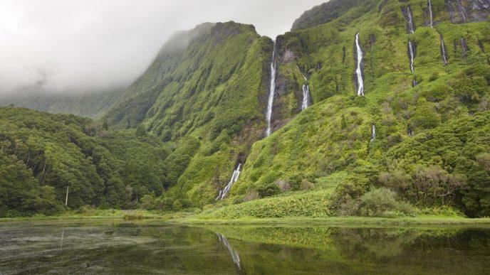 Острів знаменитий мальовничими озерами, розташованими в кратерах вимерлих вулканів, і різноманітністю польових квітів.