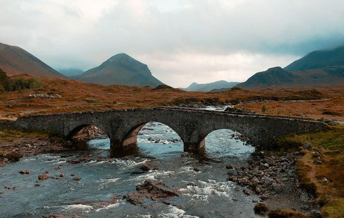Старовинний міст на острові Скай.