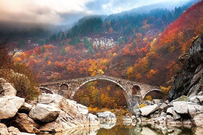 Кам'яний міст через річку в горах Родопи.